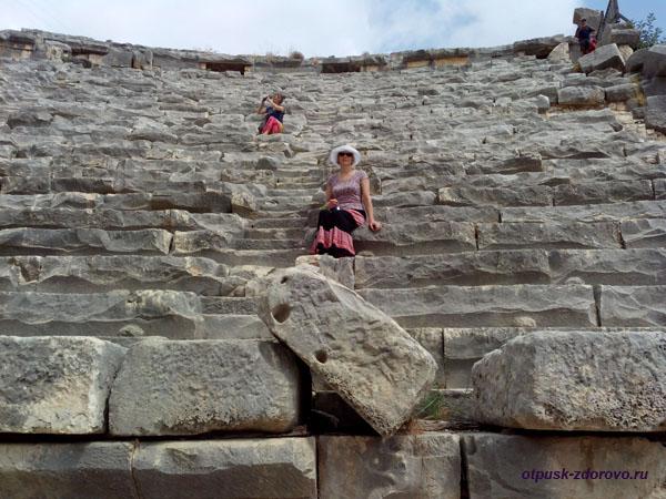 Амфитеатр в Турции или древний Колизей в Демре, на трибуне
