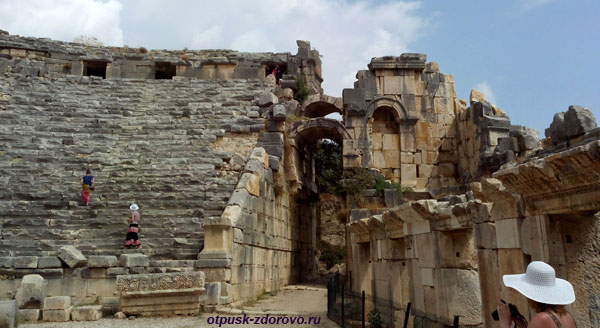 Амфитеатр в Турции или древний Колизей в Демре, арка