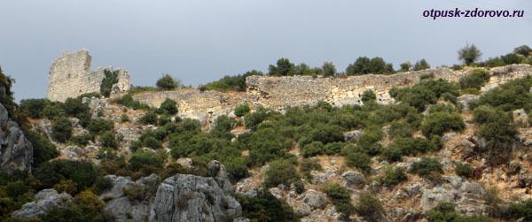Амфитеатр в Турции или древний Колизей в Демре, крепостная стена