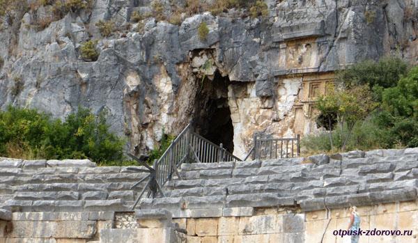 Амфитеатр в Турции или древний Колизей в Демре, ликийские гробницы