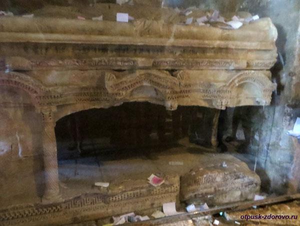 Гробница (саркофаг) в церкви святого Николая Чудотворца в Демре, Турция