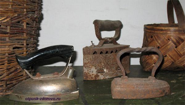 Старинные чугунные утюги