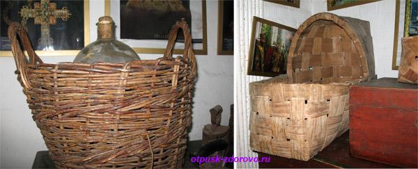 Плетеная корзина и старинная люлька для младенца