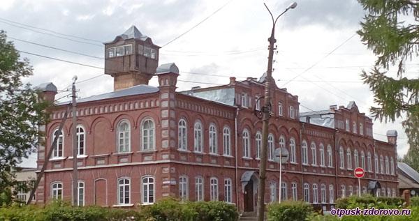 Здание общеобразовательной школы, достопримечательности Калязина, Тверская область