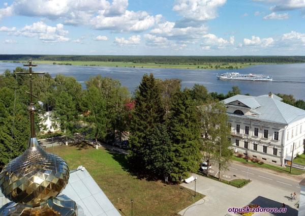 Панорама города Мышкин с колокольни Успенского собора