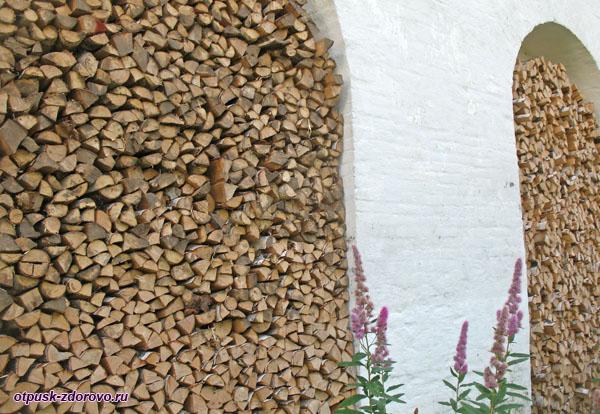 Запасы дров в крепостных стенах Спасо-Яковлевского монастыря