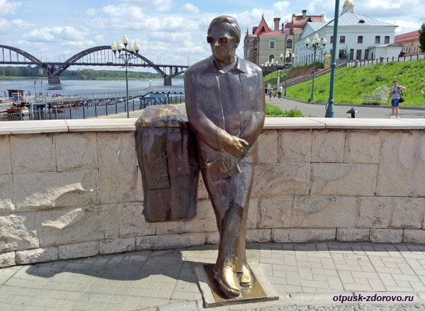 Памятник Льву Ошанину на набережной Рыбинска