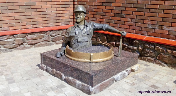 Памятник Водопроводчику, достопримечательности Рыбинска