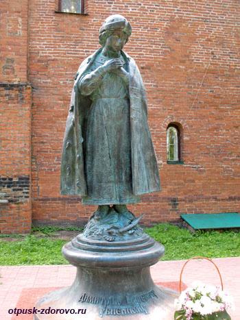 Памятник царевичу Дмитрию возле храма на Крови, Углич