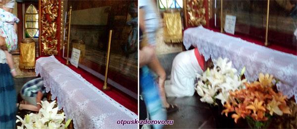 Как пролезают под иконой Спаса Всемилостивого в Воскресенском соборе, Тутаев