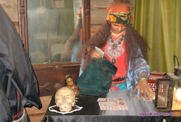 Цыганка гадает на картах, Музей мифов и суеверий русского народа, Углич