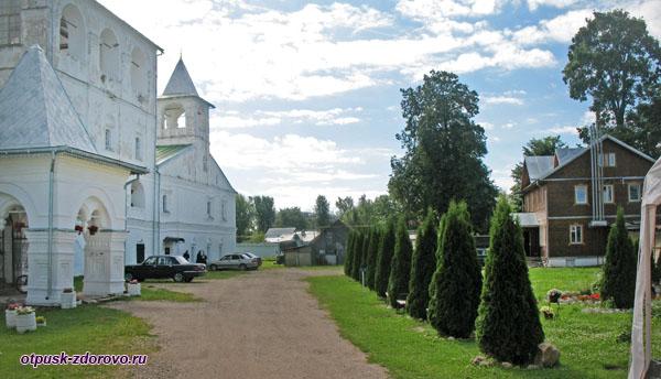 На территории Воскресенского монастыря, Углич
