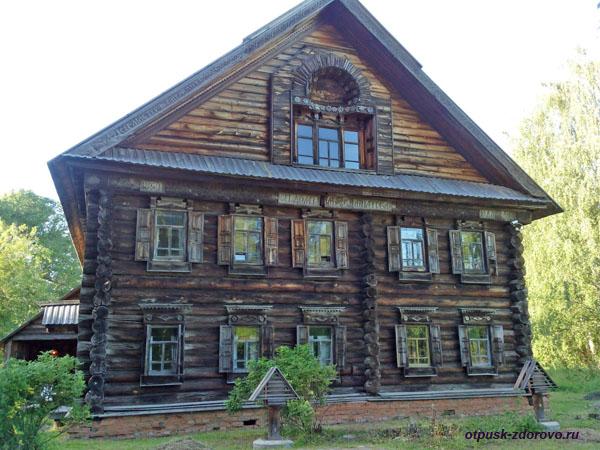 Старинный купеческий деревянный дом в Костроме