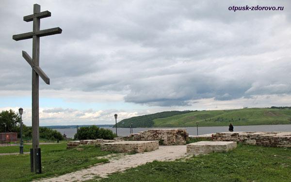 Крест на месте руин Благовещенской церкви, остров Свияжск
