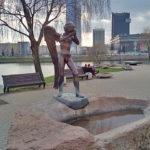 Плачущий Ангел и мемориал на острове Слез в Минске