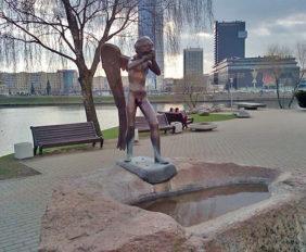 Мемориал и плачущий Ангел на острове Слез, Минск