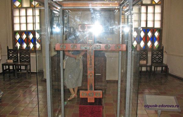 Запрестольный крест в музее Белой Палаты Ростовского Кремля